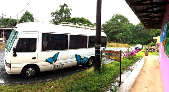 Rincon de La Vieja, Kosta Rika: Tour Bus at Bakery Stop
