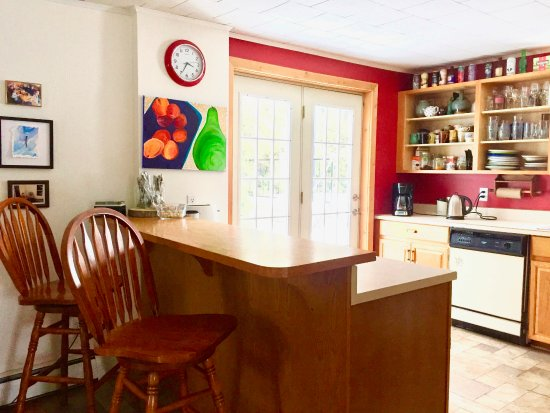 Lion's Head, Canada: Fully-equipped communal guest kitchen - spices & coffee/tea provided