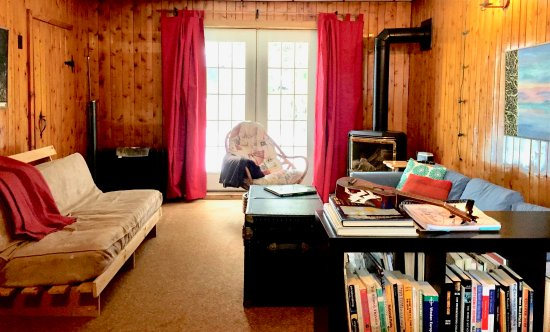 Lion's Head, Canada: Communal living room with books, games & fireplace