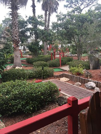 Red Pirate Family Grill & Oyster Bar: Mini-Golf makes for a cool environment and fun for the kids!