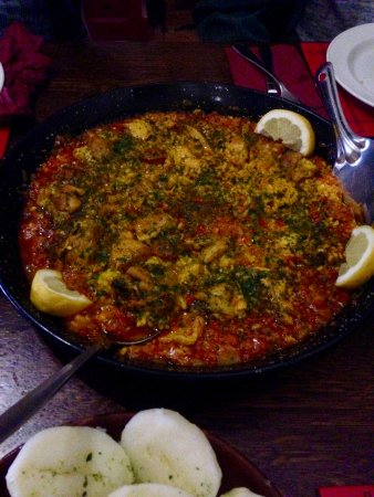 Acle, UK: Chicken and meat paella