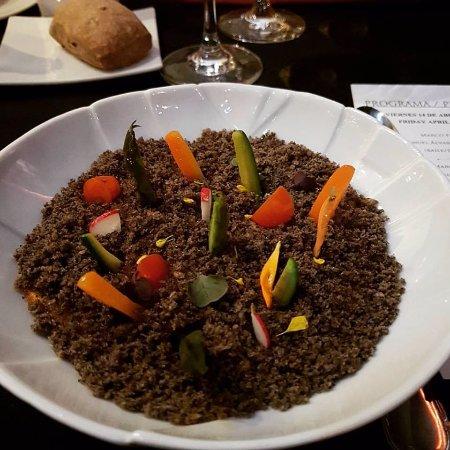 """Corral de la Moreria: """"L'orto nel piatto"""". Crema di pomodoro ricoperto di olive e tartufo grattugiati. Verdure miste."""