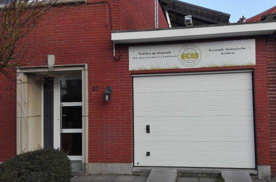 Mortsel, Belgium: De gevel