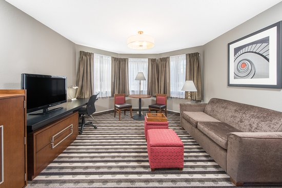 Ramada by Wyndham Springfield North: Suite Seating Area