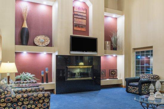 Ramada by Wyndham Springfield North: Lobby