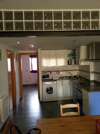 Livingirona Apartments : open kitchen and door to bed room.
