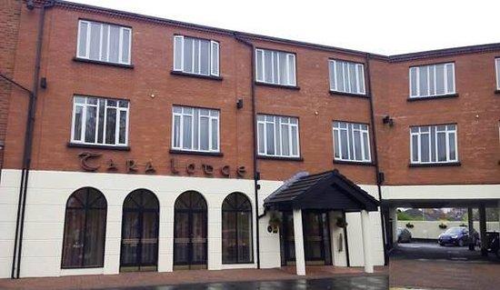 Tara Lodge: Fachada principal y entrada al parking