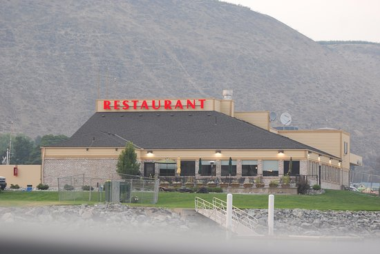 Pateros, Waszyngton: The deck of Rivers Restaurant facing the Columbia River with Boat Docks.