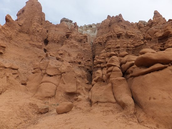 Goblin Valley State Park: A good walk to see the pretty cliff wall at the edge of the valley