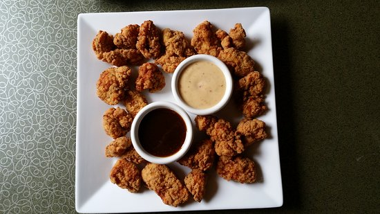 Μονρόε, Ουισκόνσιν: Boneless Chicken Wings shown with Honey Garlic sauce and Garlic Parmesan