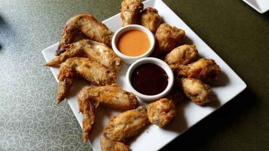 Μονρόε, Ουισκόνσιν: Chicken Wings shown with Barbeque and Buffalo
