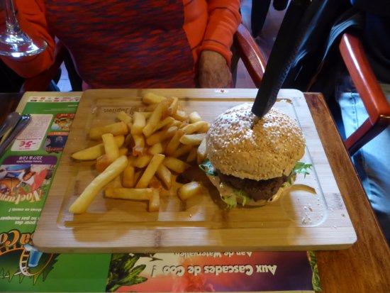 Le Carrefour : Présentation du hamburger classic avec un couteau planté dedans