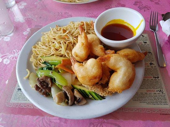 Creston, Kanada: Shrimp, dry ribs, beef mixed greens, and noodles