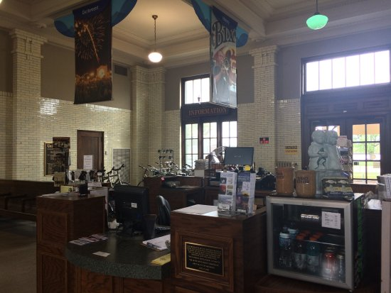 Quad Cities Visitor Center: Interior - tons of info and bikes!
