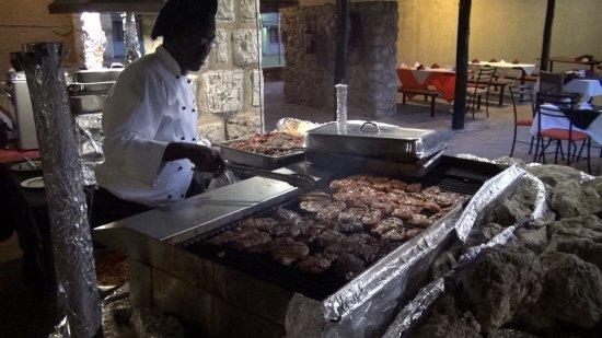 Okaukuejo Rest Camp: Buffet, waar Kip en Kudu gegrild werd