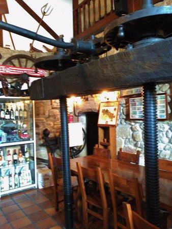 Tirgo, Hiszpania: Mesa en la zona de bar