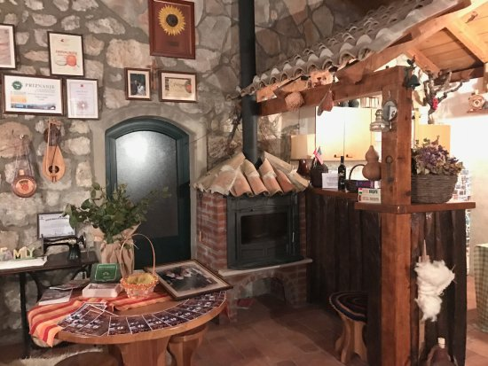 Orasac, Kroatien: Dining room and the little bar in the corner