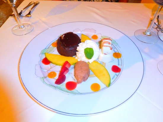 L'Auberge Gourmande: How can you resist the dessert sampler, to share!