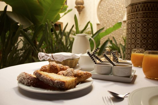 Riad Kheirredine: Breakfast in a tranquil atmosphere, including pastries, fresh squeezed juice, etc.