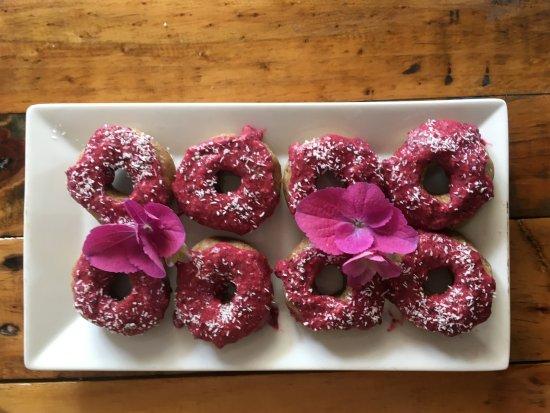 Raglan, Nuova Zelanda: raw doughnuts w berry frosting