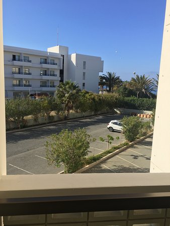 Constantinou Bros Athena Beach Hotel: DO NOT PAY FOR A PARTIAL SEA VIEW ROOM. TOTAL WASTE OF MONEY AS THIS IS YOUR VIEW OVER MANKY CAR