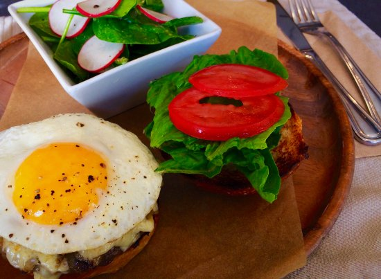 Wayne, Pensilvania: Great burger with an egg, with salad