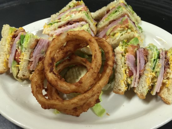 Chino, Kalifornia: Club Sandwich and onion rings