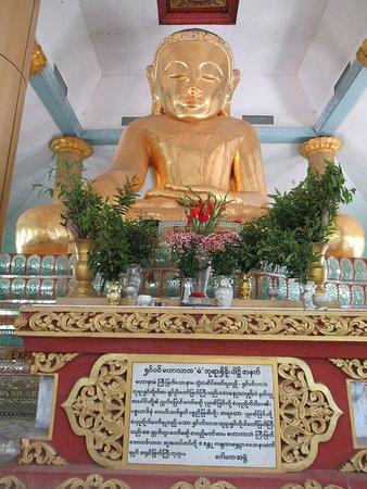 Sale, Myanmar: シンビンマハラバマン寺院の黄金大仏、漆塗りで竹の骨組み、とのこと