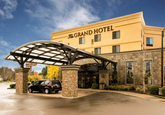 Tigard, OR: Exterior of our hotel plus an image of our hotel van.