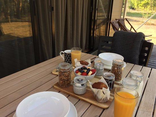 Cowaramup, Australia: Breakfast hamper on the deck