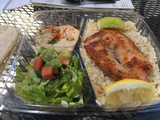 Westlake Village, Califórnia: I love my salmon combo.  Not bad for $9.99