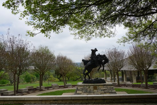 Kerrville, TX: Beautiful grounds with sculptures to admire