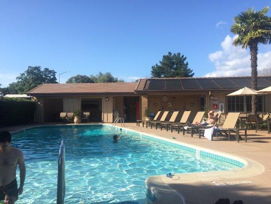 El Pueblo Inn: Pool heated to 70 degrees.