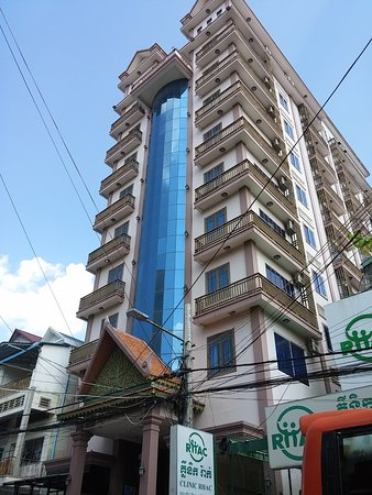 Rain Rock Hotel: View of hotel from street level.