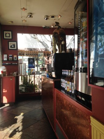 Rancho Santa Fe, Califórnia: TINY LITTLE PLACE 1 TABLE INSIDE...MAYBE 2 OUTSIDE...IT IS A COFFEE TO GO PLACE
