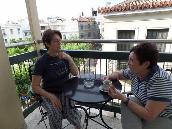 Adrian Hotel: un descanso con un café disfrutando del barrio más lindo de atenas, plaka
