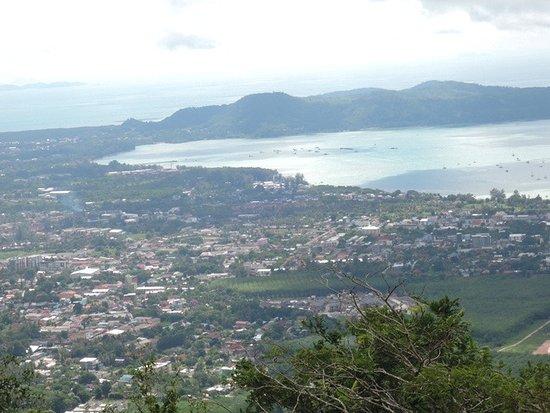 Chalong, Tailandia: มองลงมาเห็นวิวอ่าวฉลองสวยงาม