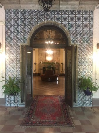 Wakulla Springs Lodge: Lobby from back loggia