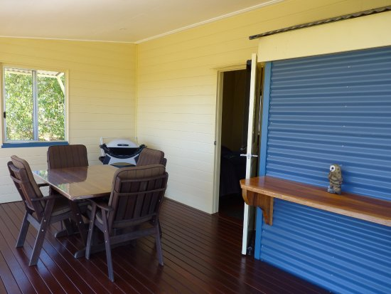 Atherton, Australien: Private deck with Weber BBQ