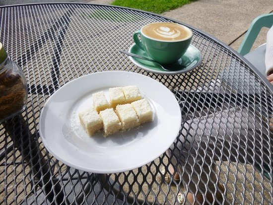Batehaven, Australia: Coffee and lemon slice