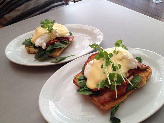 Ulladulla, Australia: Eggs benedict with bacon on turkish bread