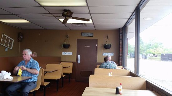 Little Pigs Bar-B-Q of Mauldin: inside