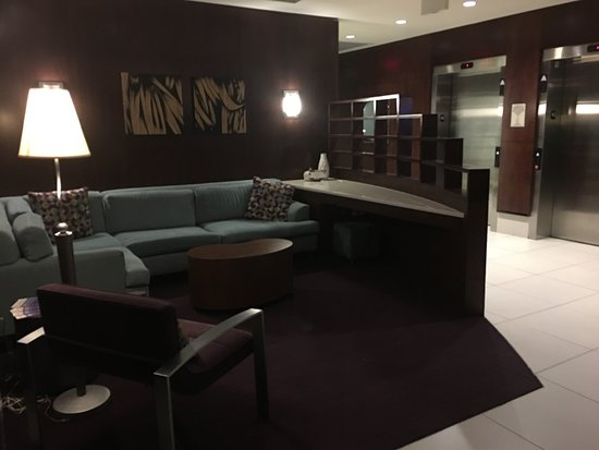 Ridley Park, PA: Separate areas good for meetings or lounging around the lobby