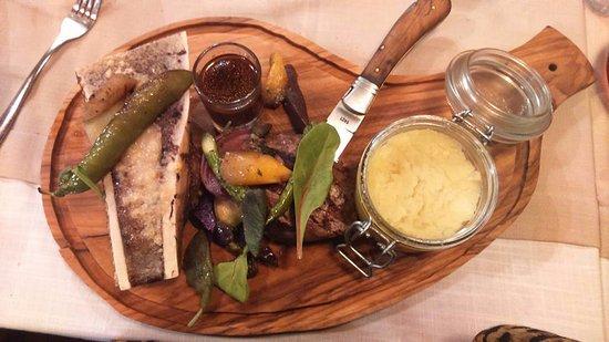 Aups, Frankrike: Filet de boeuf, os a moelle grillé et son écrasé de p.d.terre a l'huile d'olive