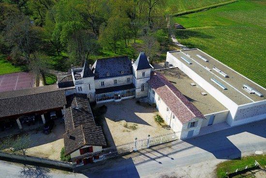 Neac, Frankrike: De Gauche à droite : les bureaux, le chateau 18eme siecle et le nouveau chai