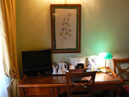 Hotel Rosary Garden: Chambre 33 (bureau et télévision)