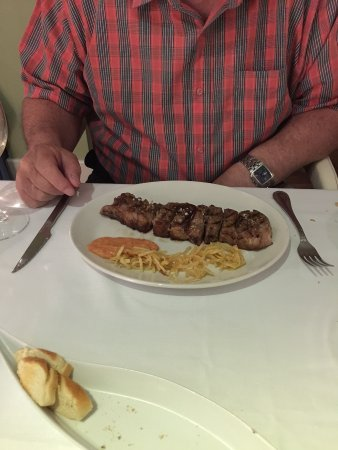 Restaurante Alhacena: This was supposed to be for 2 people! An empty plate was provided for me to select half. Disgrac