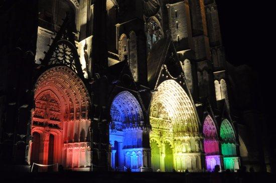 Les Nuits Lumiere: les portails de la façade de la cathédrale