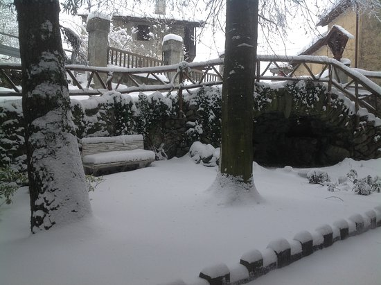 Ala di Stura, Italy: Back garden during the winter