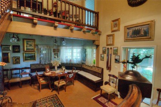 Ala di Stura, Italien: staircase/ living area